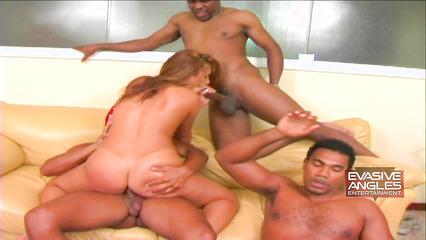 Латинская девушка удовлетворила черных парней с большими хуями