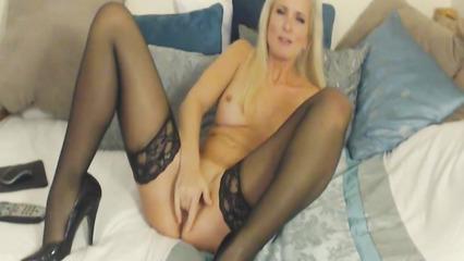 Длинноволосая блондинка мастурбирует пизду перед вебкой