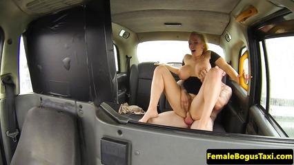 Озабоченная таксистка предложила потрахаться пассажиру с большим членом