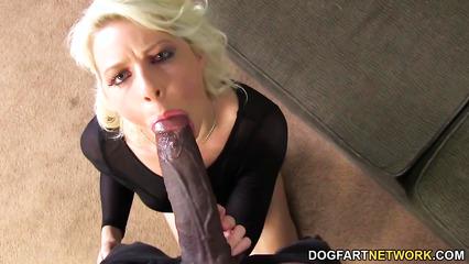 Возбужденная блонда жадно заглатывает гигантский пенис негра