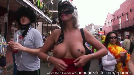 Откровенные бабы на фестивале показывают желающим большие дойки