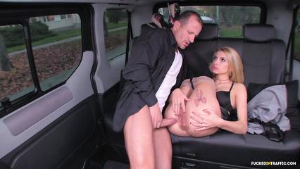 Сногсшибательная девушка покоряет богатого мужика в машине сочным аналом