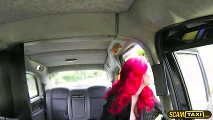 Рыжую развратницу развели на половое сношение в такси