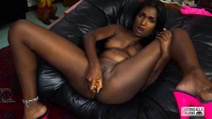 Знойная негритянка дрочит дырки дилдо перед анальным трахом