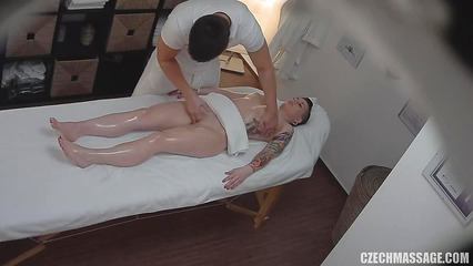 Похотливый массажист мастурбирует письку сексуальной клиентки
