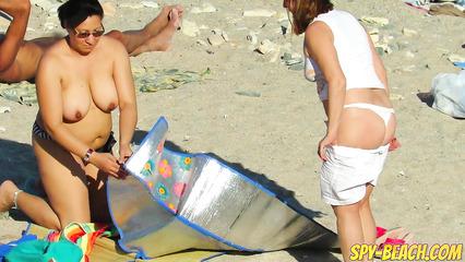 Толстые прошмандовки на пляже изображают из себя нудисток
