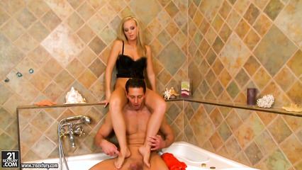 Привлекательная блонда дрочит пошляку ногами и скачет на члене