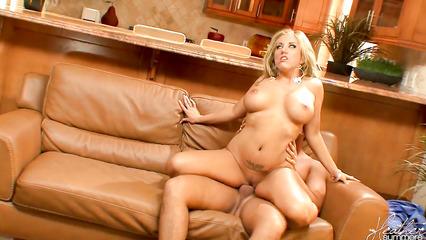 Блондинистая потаскушка страстно скачет на большом члене любовника