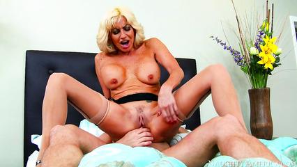 Зрелая бабенка налезла вагиной на торчащий пенис пацана