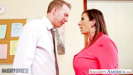 Взрослая секретарша трахнулась с начальником в офисе