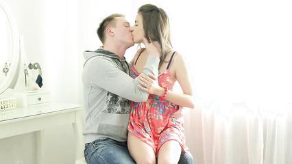 Русская брюнетка получила пенис возлюбленного в очко