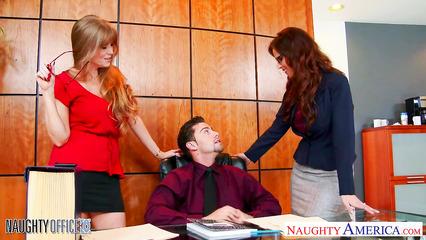 Зрелые сучки соблазнила начальника на секс в офисе