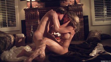Парень занимается сексом с восхитительной зрелой блондинкой