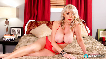 Зрелая блондинка демонстрирует большие сиськи