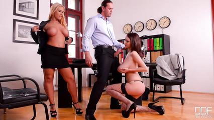 Начальник трахнулся с двумя восхитительными подчиненными