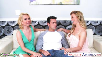 Светловолосые девушки трахнулись с парнем на диване