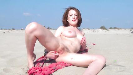 Развратная прошмандовка теребит небритую пилотку на пляже