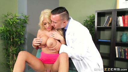 Доктор вставил пенис в гладко выбритую киску грудастой цыпочки