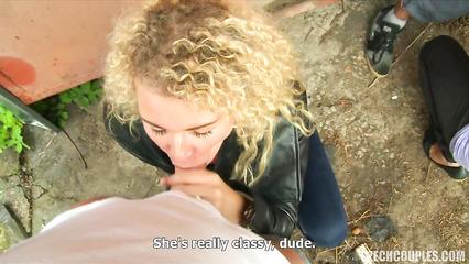 Парочка свингеров развела кудрявую блонду на минет и куни в переулке